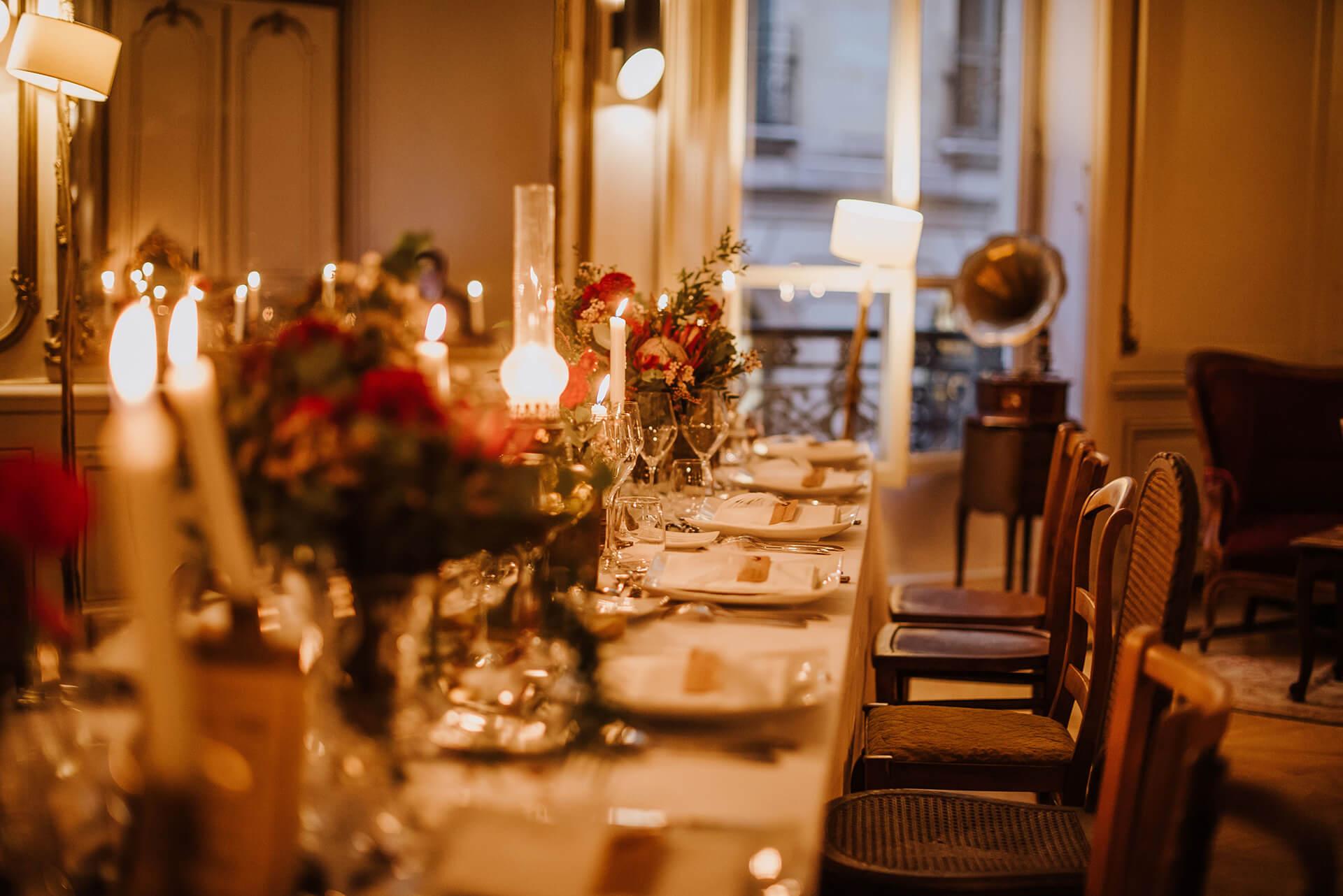 Une table dressée avec élégance pour un dîner.